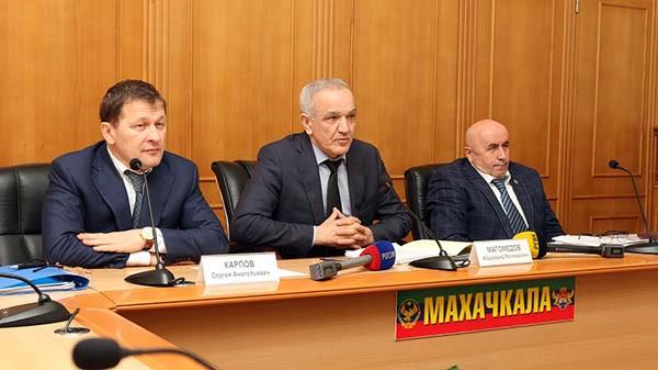 То, как уйдёт Абдурашид Магомедов (в центре), и то, кто его заменит, зависит от Москвы