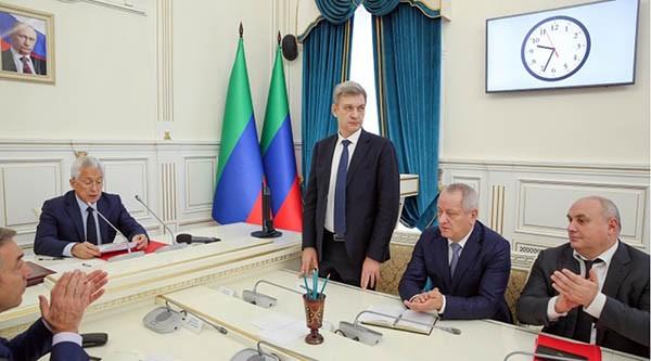 Владимир Иванов (в центре) будет проводить в жизнь решения нового руководителя Дагестана