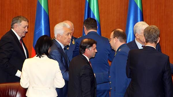 Владимиру Васильеву, а также политической элите РД придётся плотно работать с Поповым